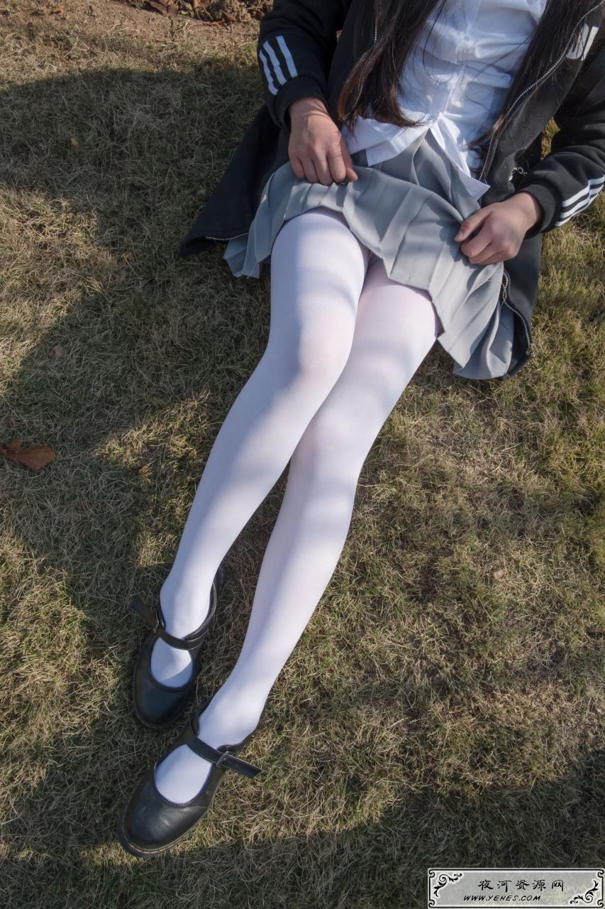 户外丝足秀校园风萝莉白丝袜写真