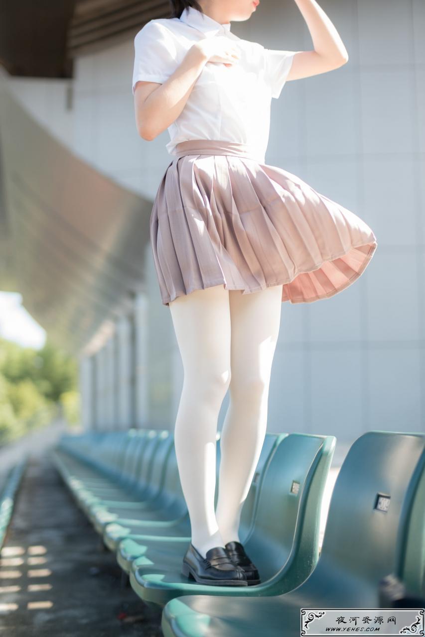 操场上的白丝美腿写真
