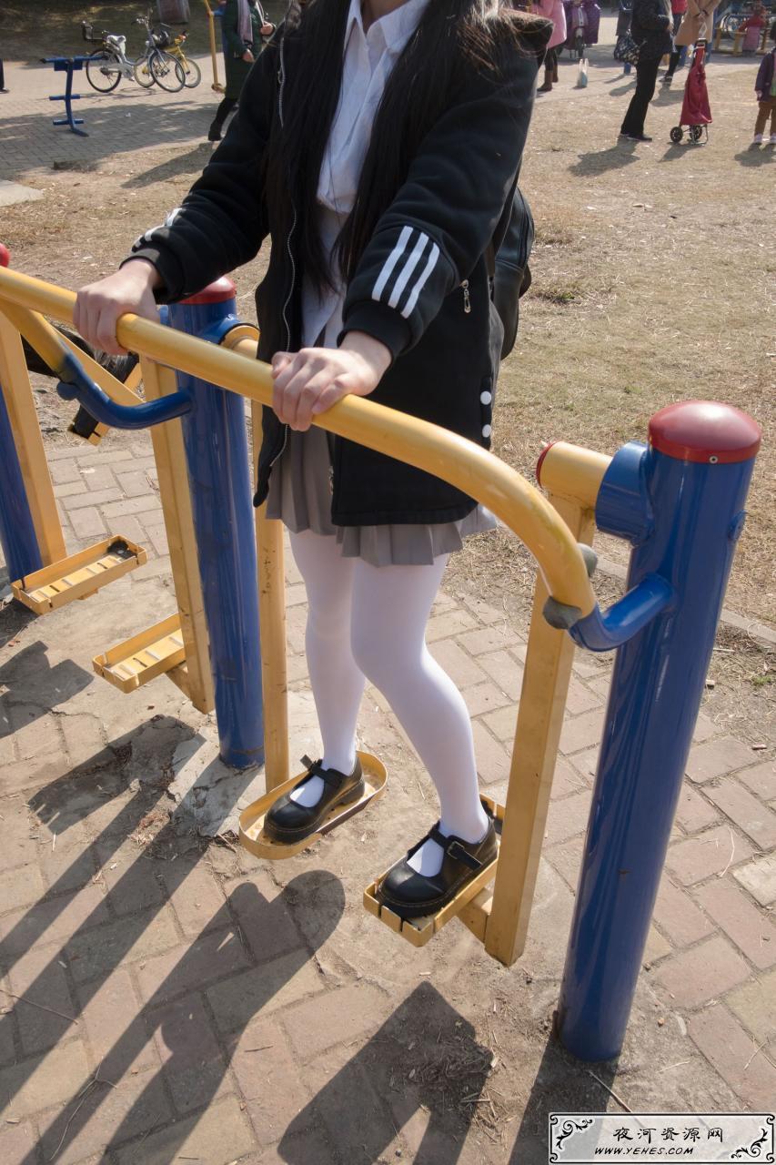 日系户外美少女学生装白丝短裙内内诱惑写真